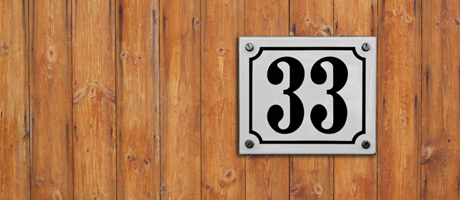 33 Tipps - Holzwand mit weisser Nummer