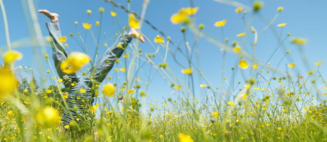 Zinswelt steht Kopf - Handstand in Blumen