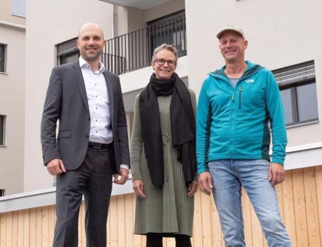 Foto mit Peter Bächler (Teamleiter Firmenkunden bei der Migros Bank in Luzern), Sabine und Samuel Zgraggen (beide SANI Immobilien AG)