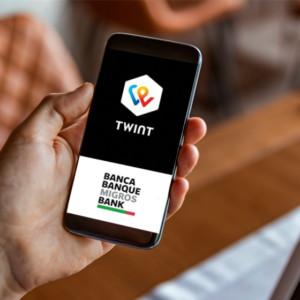 Mobile in der Hand mit der TWINT Migros App offen