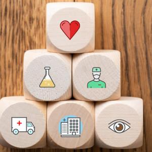 Cubi di legno con icone del settore sanitario