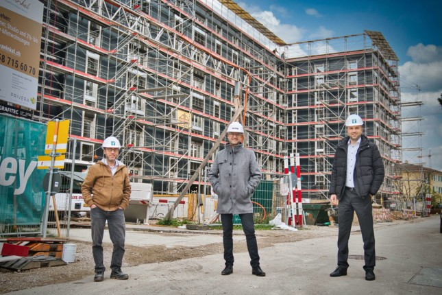 From left to right: Michael Tschofen (responsible for construction management at Graphis), Micheal Blunschi (Graphis Managing Director), Peter Bächler (Team Leader Corporate Clients at Migros Bank in Lucerne).